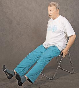 Перекатывайте стопы с пяток на носки, постепенно разводя ноги в стороны